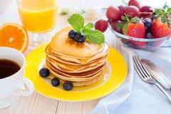 Śniadanie z blinami na koloru żółtego talerzu Zdjęcie Stock