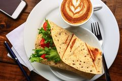 Śniadanie z cappuccino i kanapką Obraz Stock