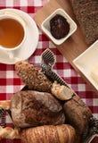 Śniadanie z chlebem, herbatą, masłem i dżemem, zdjęcie stock