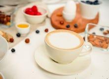 śniadanie z coffe dniem dobrym - zdrowy śniadaniowy tło z oatmeal kawą, jagody, jajko, dokrętki obraz stock