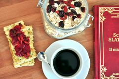 Śniadanie z cranberries i kawą Zdjęcie Royalty Free