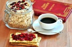 Śniadanie z cranberries i kawą Fotografia Royalty Free