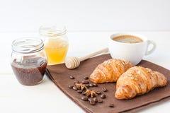 Śniadanie z croissant i filiżanką kawy zdjęcie royalty free