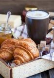 Śniadanie z croissants, cappuccino i dżemem, fotografia royalty free