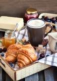 Śniadanie z croissants, cappuccino i dżemem, zdjęcia royalty free