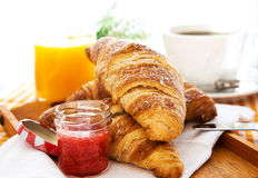 Śniadanie z croissants, dżemem, filiżanką kawy i sokiem pomarańczowym, Fotografia Royalty Free