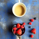 Śniadanie z filiżanką kawy i jagodami Fotografia Royalty Free