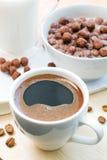 Śniadanie z filiżanki kawy i czekolady płatkami Obrazy Stock