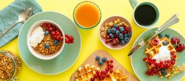 Śniadanie z goframi, wipped śmietanką, jagodami i granola, zdjęcia royalty free