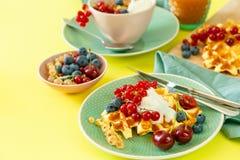 Śniadanie z goframi, wipped śmietanką, jagodami i granola, fotografia stock
