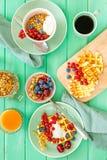 Śniadanie z goframi, wipped śmietanką, jagodami i granola, zdjęcie royalty free