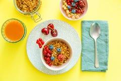 Śniadanie z goframi, wipped śmietanką, jagodami i granola, obrazy stock