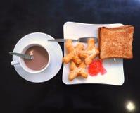 Śniadanie z gorącym kakao; smażący ciasto kij, Patongko z Słodzę lub kondensowaliśmy mleko i grzankę z truskawkowym dżemem Zdjęcie Stock