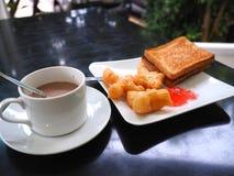 Śniadanie z gorącym kakao; smażący ciasto kij, Patongko z Słodzę lub kondensowaliśmy mleko i grzankę z truskawkowym dżemem Obraz Royalty Free