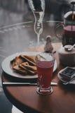 Śniadanie z herbatą, kawą, kanapkami i cheesecakes w kawiarni, zdjęcia royalty free