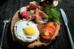 Śniadanie z Hiszpańskim baleronem i włoszczyzny kawą Zdjęcie Royalty Free