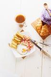 Śniadanie z jajkami, bekonem, francuzów dłoniakami i kawą, Obraz Stock