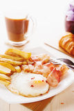 Śniadanie z jajkami, bekonem, francuzów dłoniakami i kawą, Zdjęcia Stock