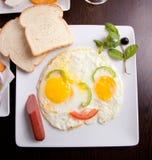 Śniadanie z jajkami, grzankami i sokiem smażącymi, Obraz Royalty Free