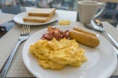 Śniadanie z jajkami, kiełbasą i bekonem scambled, Fotografia Royalty Free