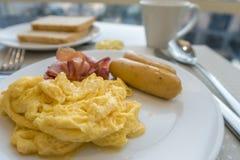 Śniadanie z jajkami, kiełbasą i bekonem scambled, obraz stock