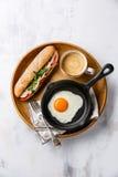 Śniadanie z kanapką z tuńczykiem, smażącym jajkiem i kawą, Fotografia Stock