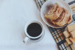 Śniadanie z kawą, ciastkami, goframi i szkocką kratą, Instagram tonował fotografię wierzchołek vi Zdjęcia Royalty Free