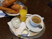 Śniadanie z kawą i croissants w kawiarni świeże szklana sok pomarańczowy obrazy stock