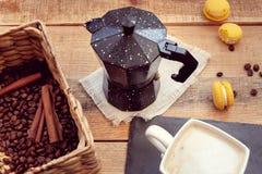 Śniadanie z kawowym garnkiem i macaroons zdjęcie royalty free
