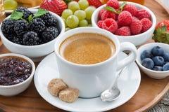 Śniadanie z kawowymi i świeżymi jagodami Obraz Royalty Free