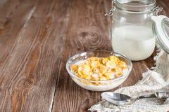 Śniadanie z kukurydzanymi płatkami i mlekiem w wiejskim stylu Zdjęcie Royalty Free