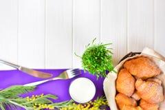 Śniadanie z mlekiem w szkle i croissants zdjęcia stock
