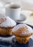 Śniadanie z muffins kropiącymi prochowym cukierem i kawą zdjęcie royalty free