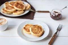 Śniadanie z serowymi blinami, kawą i dżemem, obraz royalty free