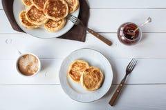 Śniadanie z serowymi blinami, kawą i dżemem, obrazy stock