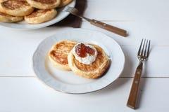 Śniadanie z serowymi blinami, kawą i dżemem, zdjęcie royalty free