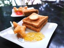 Śniadanie z smażącym ciasto kijem lub Patongko z Słodzę kondensowaliśmy mleko i grzankę z dżemem marmoladowym i truskawkowym Obrazy Stock