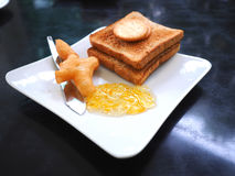 Śniadanie z smażącym ciasto kijem lub Patongko z Słodzę kondensowaliśmy mleko i grzankę z marmoladowym dżemem Obrazy Stock