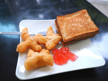 Śniadanie z smażącym ciasto kijem lub Patongko z Słodzę kondensowaliśmy mleko i grzankę z truskawkowym dżemem Fotografia Royalty Free