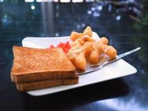 Śniadanie z smażącym ciasto kijem lub Patongko z Słodzę kondensowaliśmy mleko i grzankę z truskawkowym dżemem Zdjęcia Royalty Free