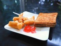 Śniadanie z smażącym ciasto kijem lub Patongko z Słodzę kondensowaliśmy mleko i grzankę z truskawkowym dżemem Obraz Royalty Free