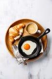 Śniadanie z Smażącym jajkiem, croissant z serem, baleron i kawa, Zdjęcie Stock