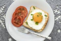 Śniadanie z smażącym jajkiem na grzance fotografia royalty free