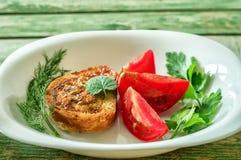 Śniadanie z toaste i pomidory na bielu talerzu wieśniaka stół Zdjęcie Royalty Free