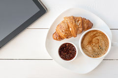 Śniadanie z touchpad pastylką Zdjęcia Stock