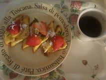 śniadanio-lunch Kawa taca truskawka Kwiat obraz royalty free