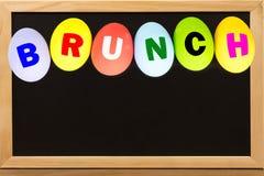 ŚNIADANIO-LUNCH na jajkach kolorowych na chalkboard z kopii przestrzenią zdjęcia stock
