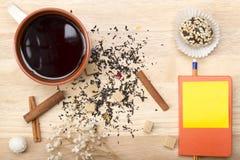 Śniadaniowa herbata z tortem Notatnik, ołówek i Obrazy Stock