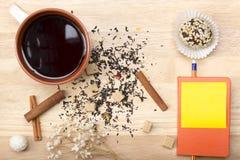 Śniadaniowa herbata z tortem Notatnik, ołówek i Fotografia Royalty Free