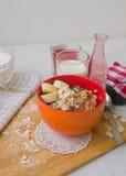 Śniadaniowa oatmeal owsianka z bananami, ziarnami, dokrętkami i mlekiem, Zdjęcia Stock